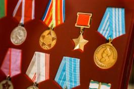 «Живая история»: Владимир Щербаков подарил Православной гимназии большую коллекцию наград и монет