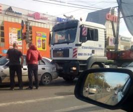 У ТЦ «Сити» в Калининграде грузовик столкнулся с легковушкой: движение затруднено