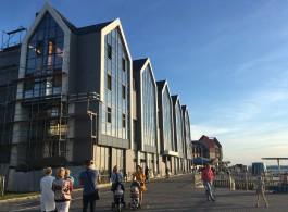 «Зашили в стекло»: у гостиницы-долгостроя на променаде в Зеленоградске появился фасад