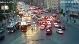 У ТЦ «Плаза» полицейские перекрыли дорогу и досматривают автомобили: движение затруднено