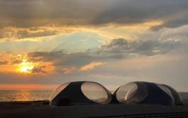 На пляже в Янтарном установили огромные «инопланетные» шатры