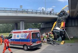 В Варшаве пассажирский автобус упал с моста: один человек погиб