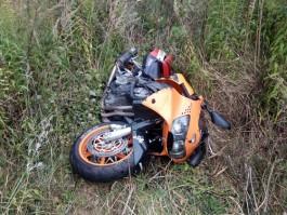 Под Гурьевском после столкновения с «Мерседесом» мотоцикл съехал в кювет и опрокинулся