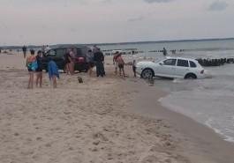 На пляже под Зеленоградском «Порш Кайен» съехал в море