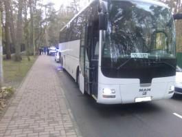 В Светлогорске туристический автобус сбил пешехода на тротуаре дверью багажника