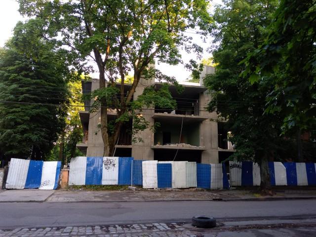 На проспекте Победы в Калининграде начали разбирать четырёхэтажный самострой