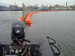 В Балтийске устанавливают ограждения для защиты кораблей от диверсантов