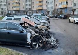 Очевидцы: Во дворе дома на улице Горького в Калининграде ночью сгорело три машины