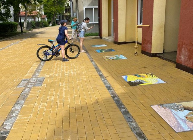 Благоустроенную улицу Володарского в Зеленоградске украсили мозаичными панно