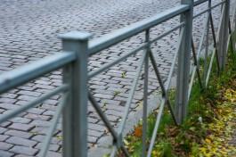 «Лишние вещи уродуют города»: в регионе начнут убирать металлические заборы вдоль дорог