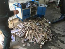 На границе с Литвой таможенники задержали внедорожник с 7,6 тысячами пачек сигарет