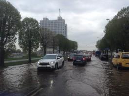В Калининграде затопило проезжую часть на ул. Пролетарской