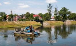 В Калининграде начали очищать городские озёра с помощью машины-амфибии