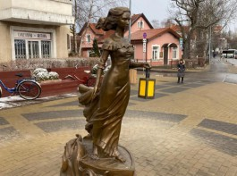 В Зеленоградске установили скульптуру девушки-призрака из романа Грина