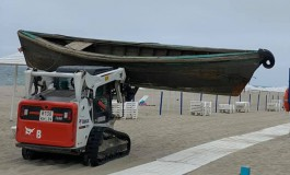 На пляж в Янтарном вынесло неопознанную лодку