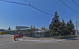 С территории автовокзала в Калининграде решили убрать десять голубых елей