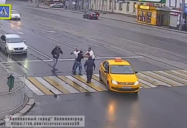 ВКалининграде пассажиры такси устроили массовую драку