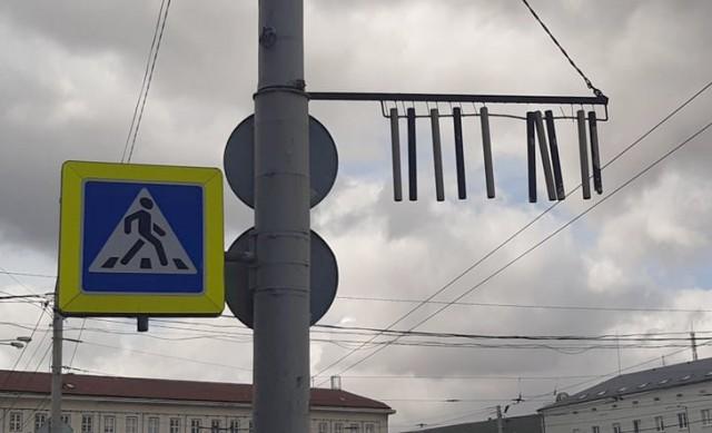 Перед зданием мэрии Калининграда повесили колокольчики, чтобы грузовики не задевали козырёк
