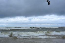 В районе городского пляжа в Зеленоградске спасли двух серфингистов