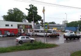 Очевидец опубликовал видео ДТП с рейсовым автобусом на улице Гагарина в Калининграде