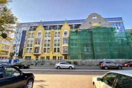 «Не весёлая картинка»: почему фасад новой Кройц-аптеки выкрасили в яркие цвета
