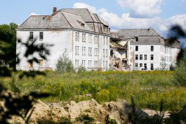 «С шумом и пылью»: как сносят немецкие казармы на улице Коммунистической в Калининграде (видео)