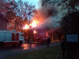 На ул. Красносельской в Калининграде горит ещё один аварийный дом: движение перекрыто