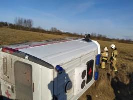 Под Багратионовском машина скорой помощи вылетела в кювет и опрокинулась