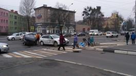 В центре Калининграда «Рено» снёс светофор после ДТП