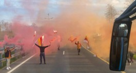 В «Храброво» болельщики с флагами и фаерами встретили футболистов «Алании»