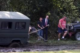 Жителям польской деревни пришлось доставать из грязи машину министра обороны