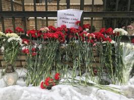 Калининградцы несут цветы к польскому консульству в память о президенте Гданьска