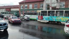 На ул. Черняховского в Калининграде столкнулись две машины: движение трамваев заблокировано