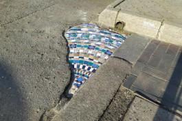 «Яркая заплатка»: дыру на тротуаре на Ленинском проспекте в Калининграде заделали мозаикой