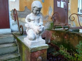 В Калининграде отреставрировали испорченную вандалами скульптуру «Ребёнок с кошкой»