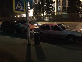 На улице Невского в Калининграде «Инфинити» врезался в «Вольво» с прицепом: пострадал водитель