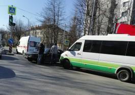 На улице Невского в Калининграде столкнулись маршрутка и легковушка: движение затруднено