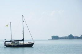 В Балтийске запретили судам приближаться на километр к работам по разминированию затонувшей баржи