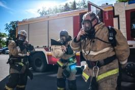 В Гусеве пожарные спасли из горящей квартиры двух взрослых и двух детей