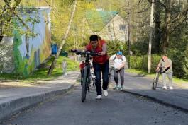 Алиханов с чиновниками протестировали недостроенную велодорожку от Куршской косы до Приморья