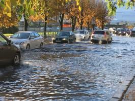«Озёра по капот»: улицы Калининграда затопило из-за сильного ливня