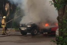 За «Якиторией» на ул. Леонова загорелись два автомобиля