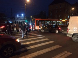 В центре Калининграда столкнулись две легковушки и автобус: движение затруднено