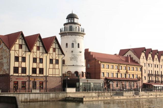 Суд обязал предпринимателя снести пристройку к маяку в Рыбной деревне