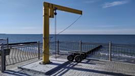 На променаде в Зеленоградске установили кран для спуска спасательных плавсредств