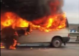 На Южном обходе Калининграда полыхает микроавтобус