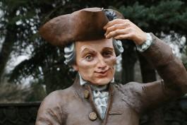 «Похороним где-нибудь»: совет по культуре раскритиковал скульптуру Канта «для селфи»