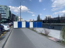 На набережной у ДС «Юность» в Калининграде установили забор для строительства моста на остров Канта