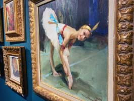 «Балерины, барон и любовь к России»: в Калининграде открылась выставка художника из Санкт-Петербурга
