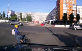 Мальчик на велосипеде упал перед движущимся автомобилем на Ленинском проспекте в Калининграде